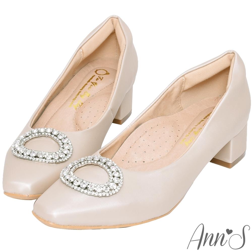 Ann'S歐風古典-絲緞感圓形鑽扣小方頭低跟鞋-米白(版型偏小)