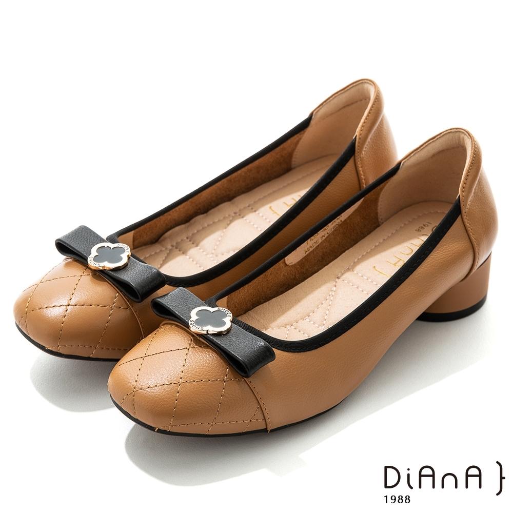 DIANA 3.5cm牛皮菱格紋蝴蝶結幸運草金釦方頭跟鞋-質感氛圍-卡其