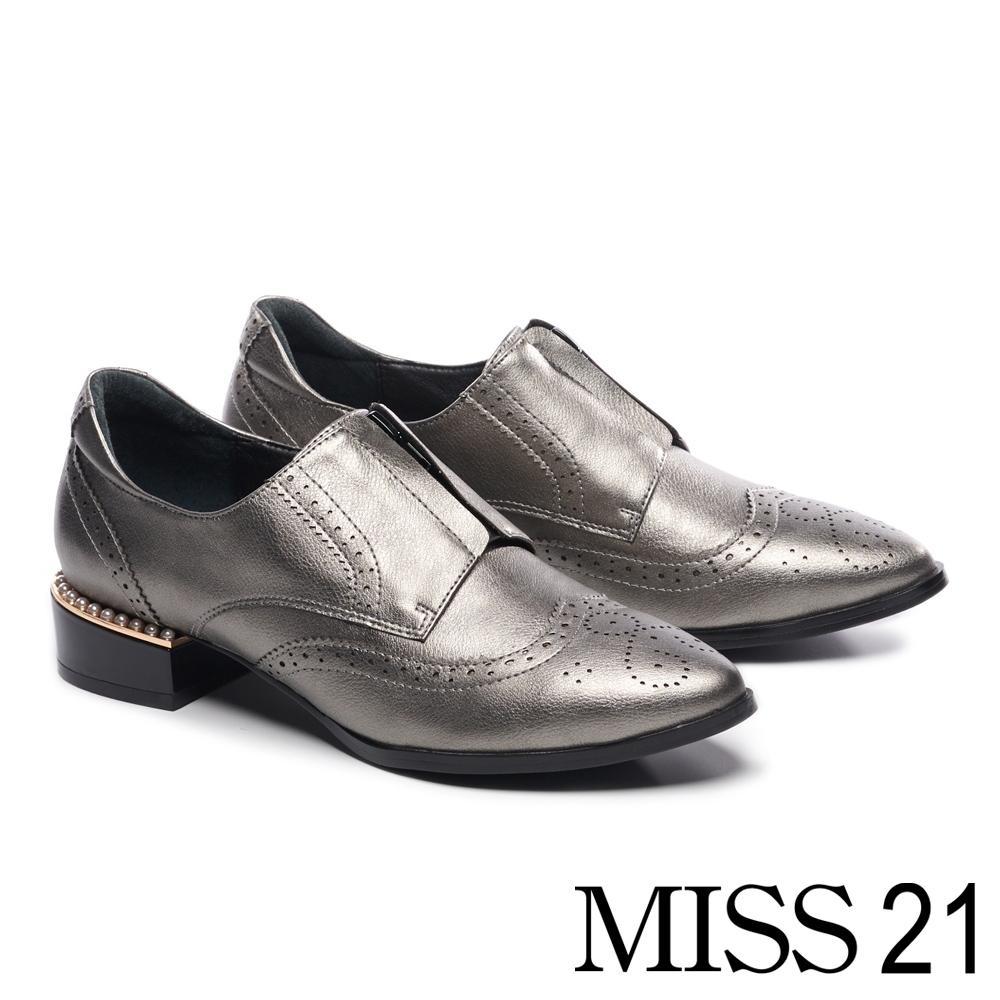跟鞋 MISS 21 個性雕花中央拉鍊設計尖頭低跟鞋-銀
