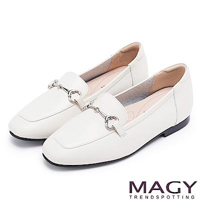 MAGY 復古潮流 氣質馬蹄扣牛皮百搭平底鞋-白色