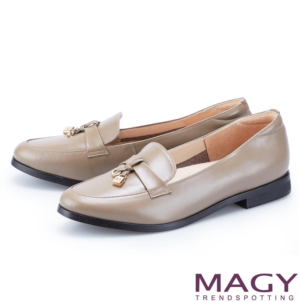 MAGY 造型金屬釦真皮樂福 女 平底鞋 可可