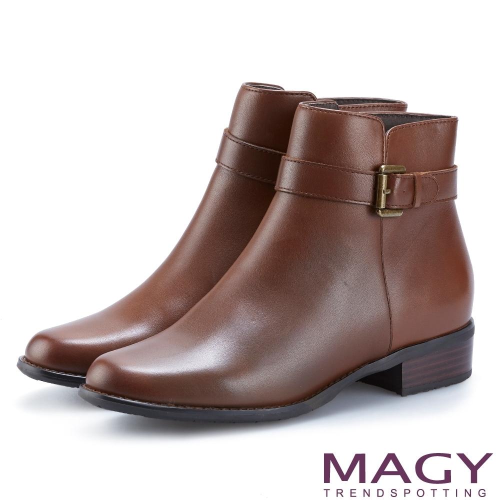 MAGY 紐約時尚步調 皮帶釦環牛皮粗跟短靴-棕色