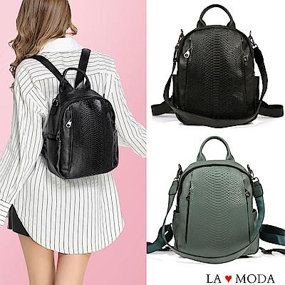 La Moda 防盜背後拉鍊設計多口袋蛇紋壓紋全真皮肩背後背包(二色)