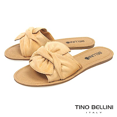 Tino Bellini 雅緻層次領結平底涼拖鞋_ 杏
