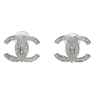 CHANEL 經典CC LOGO刻紋造型夾式耳環(銀色)