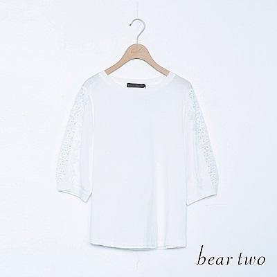 beartwo 雕花蕾絲鏤空五分袖邊彈性上衣(二色)