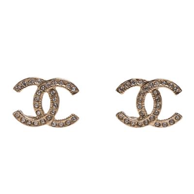 CHANEL 經典水鑽排列鑲飾雙C LOGO造型穿式耳環(金)