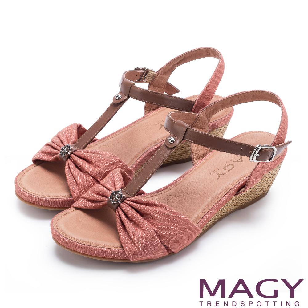 MAGY 異國風情 點點抓皺布面拼接牛皮編織楔型涼鞋-橘紅