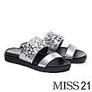 拖鞋 MISS 21 別緻立體花朵雙寬帶牛漆皮厚底拖鞋-銀