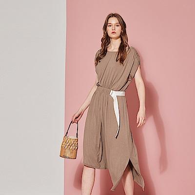 ICHE 衣哲 簡約垂墜感抽皺側開岔造型洋裝-太妃糖褐色
