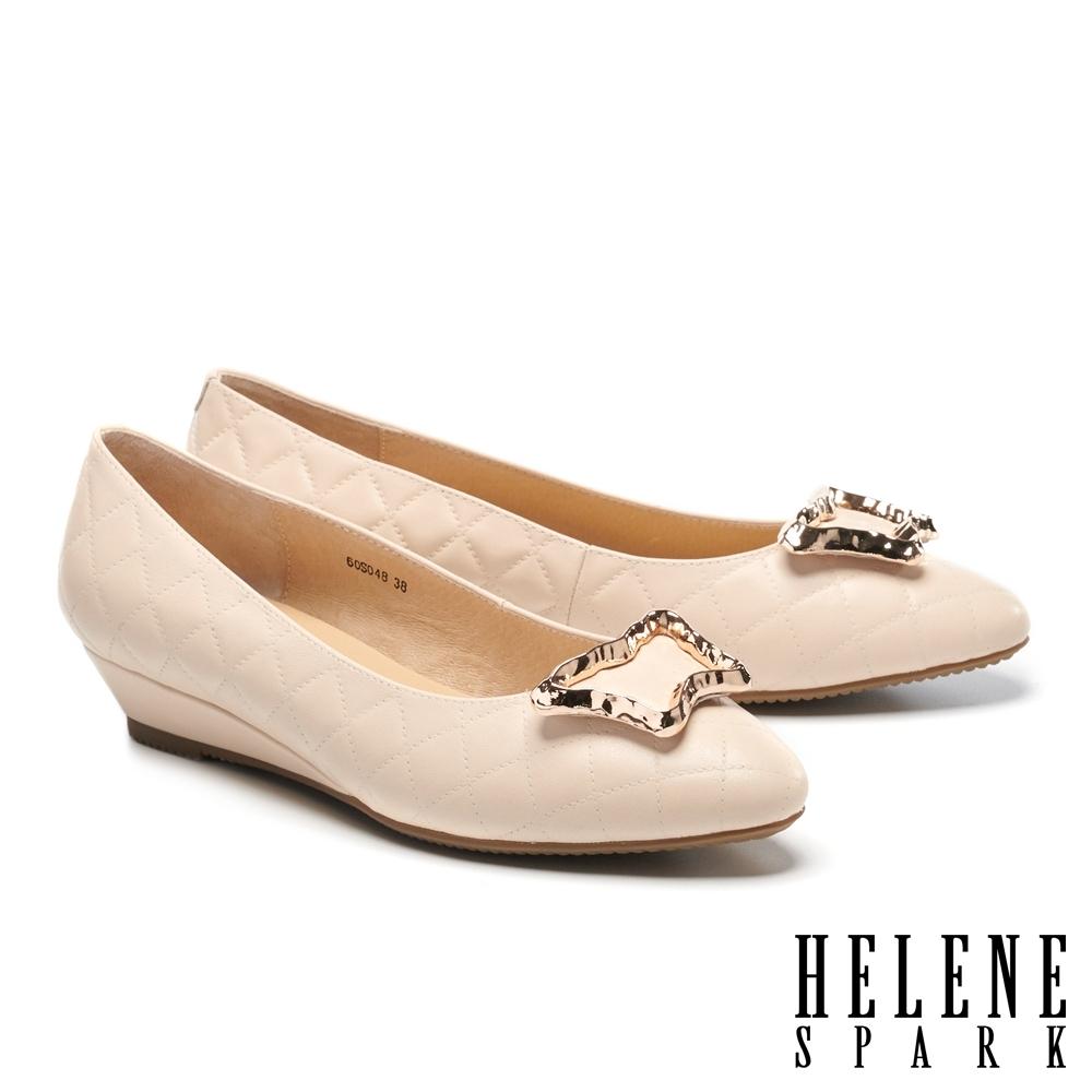 低跟鞋 HELENE SPARK 典雅菱格壓紋金屬飾釦全真皮楔型低跟鞋-米