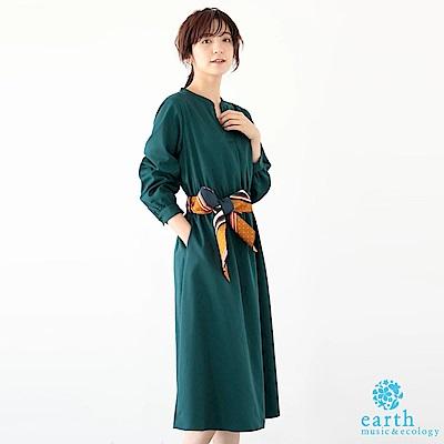 earth music 素面V領連身洋裝+復古感絲巾綁帶
