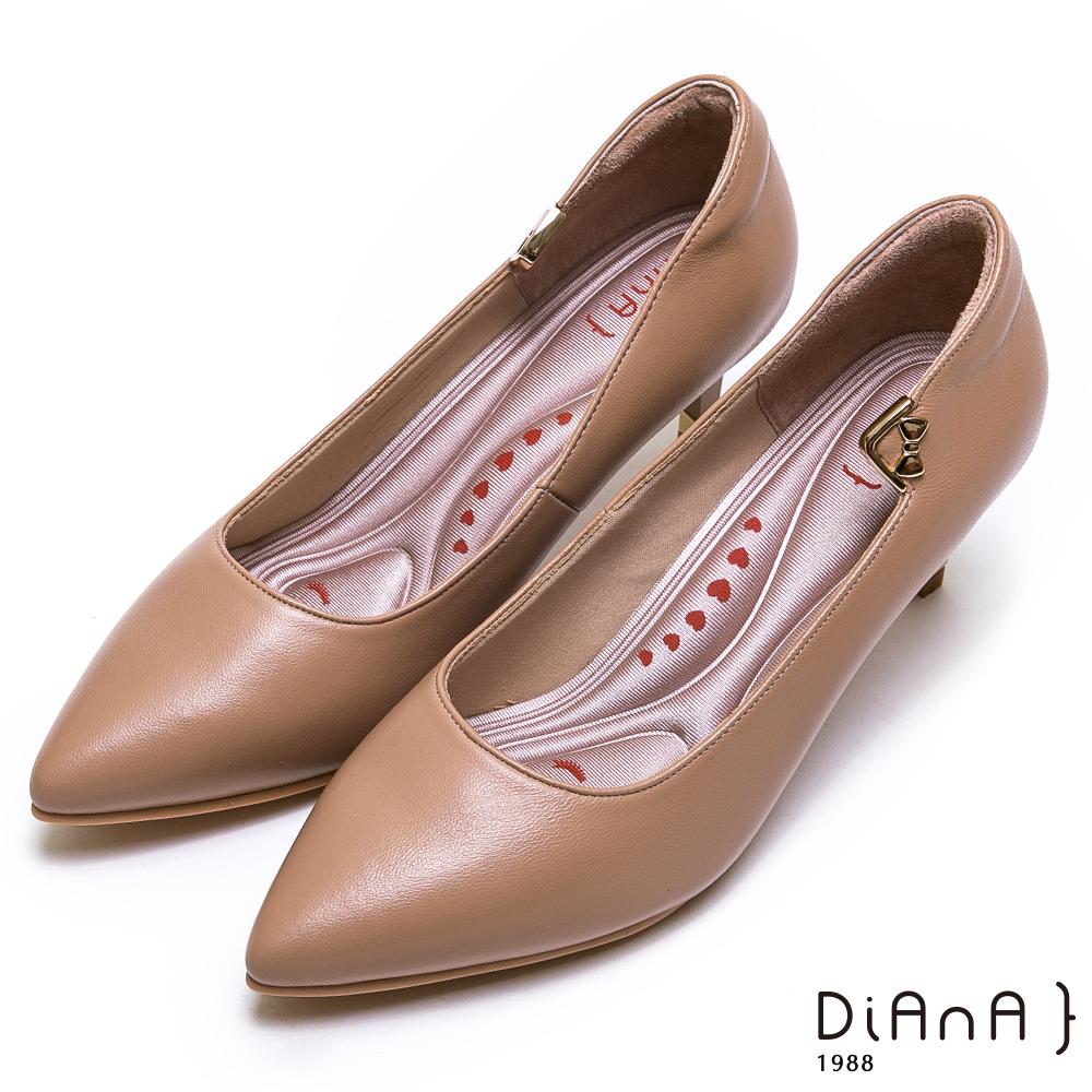DIANA金釦蝴蝶結細緻羊皮尖頭跟鞋-漫步雲端厚切輕盈美人-棕