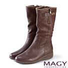 MAGY 街頭率性風 真皮個性騎士皮帶低跟中筒靴-咖啡