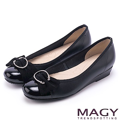 MAGY OL通勤專屬 水鑽C型釦+抓皺蝴蝶結平底鞋-黑色