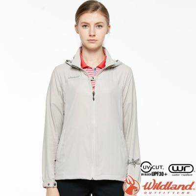 Wildland 荒野 0A81903-83白卡其 女彈性透氣輕薄外套 抗UV遮陽外套/透氣夾克/連帽防曬/登山運動