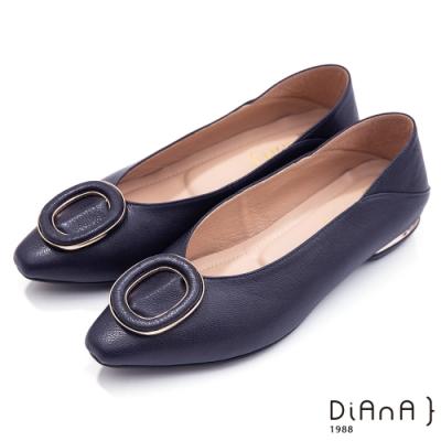 DIANA 1.5cm–俏皮活力金屬鑲鉗圓環飾釦尖頭跟鞋-藍黑
