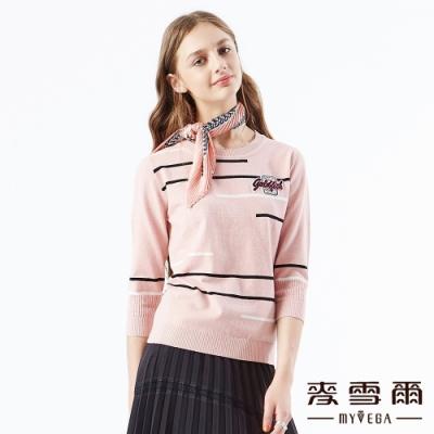 【麥雪爾】不規則條紋字母徽章針織上衣-粉