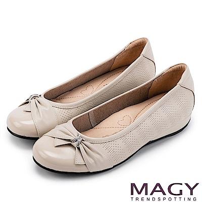 MAGY 氣質甜美女孩 牛皮抓皺蝴蝶結鑽飾平底娃娃鞋-米色