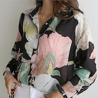 MOCO時尚大花朵印花前短後長絲質襯衫L~4L