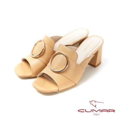 CUMAR普羅旺斯莊園- 大圓金屬飾釦裝飾一字帶粗跟涼拖鞋-卡其