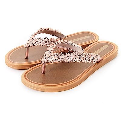 GRENDHA 立體花紋人字帶夾腳鞋-褐色