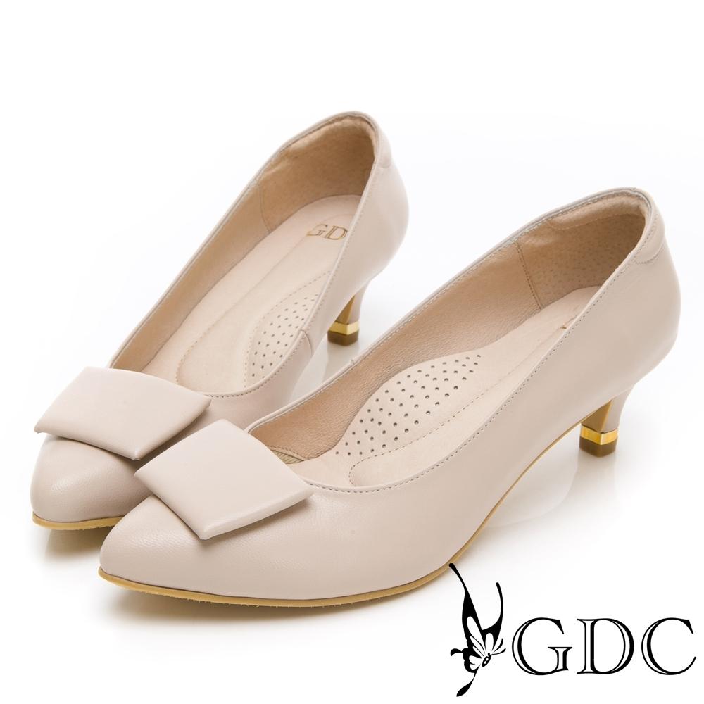 GDC-真皮歐美素色基本扣飾尖頭中跟上班包鞋-米色