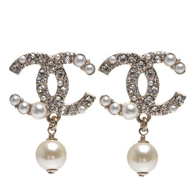 CHANEL 經典雙C LOGO大小珍珠/水鑽鑲飾珍珠垂墜造型穿式耳環(金)