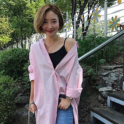 暢貨出清MOCO個性寬鬆粉色襯衫式超長版側口袋開釦連身洋裝
