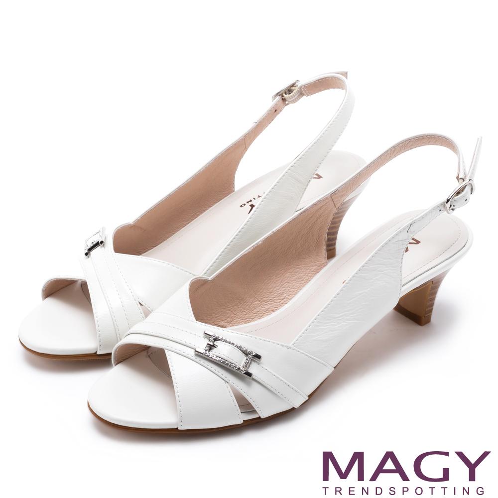 MAGY 優雅名媛 交叉鞋面後空魚口低跟鞋-白色