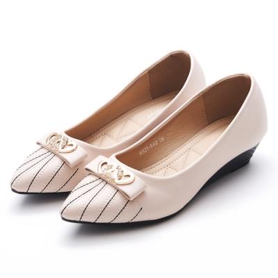 A one  愛心飾釦蝴蝶結車線造型尖頭小坡跟鞋-米白