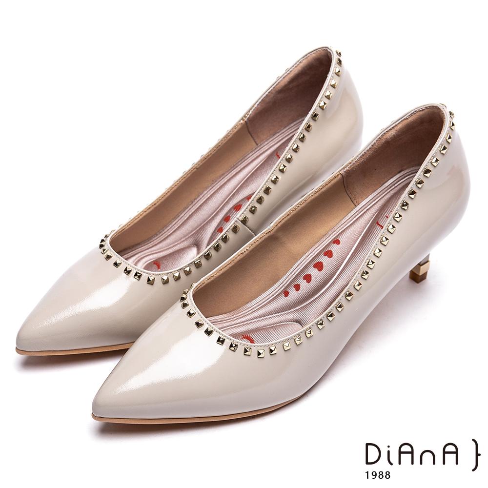 DIANA牛漆皮方型鉚釘尖頭高跟鞋-漫步雲端厚切輕盈美人-米