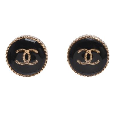 CHANEL 經典雙C LOGO羅紋圓形穿式耳環(黑X金)