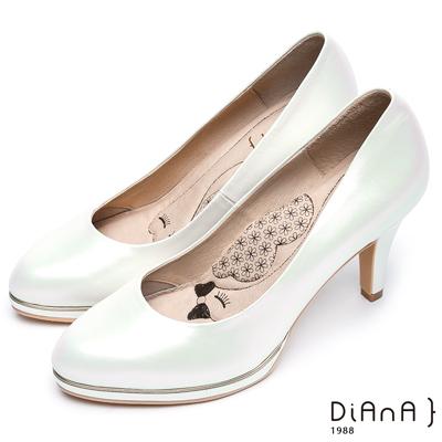 DIANA漫步雲端瞇眼美人款--金邊質感奢華微光澤真皮跟鞋-銀白
