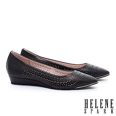 低跟鞋 HELENE SPARK 金屬風三角沖孔羊皮尖頭楔型低跟鞋-黑