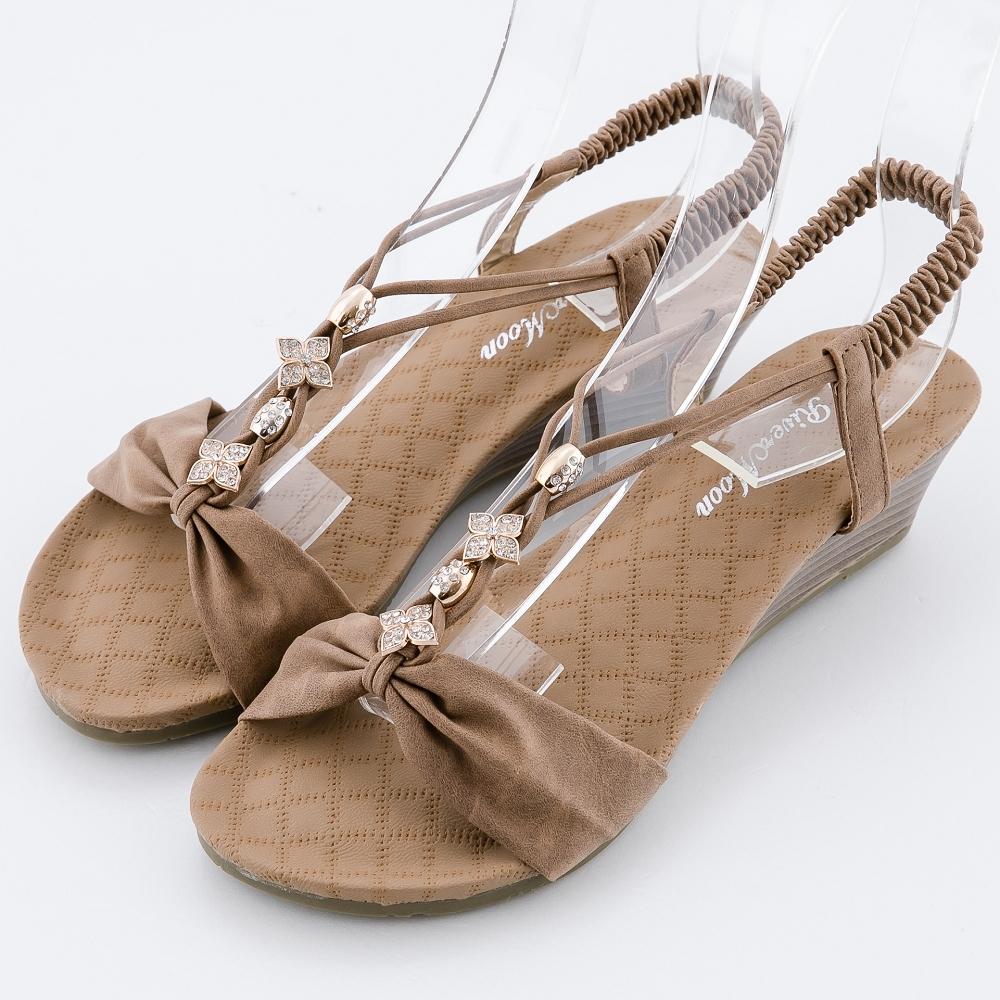 River&Moon大尺碼女鞋 一字皮質朵結鑽扣楔型涼鞋 棕