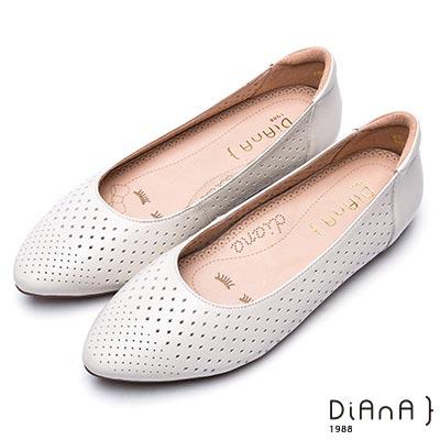 DIANA 漫步雲端厚切焦糖美人款-素色縷空尖頭真皮平底鞋-米白