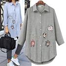 MOCO卡通貓咪英文字刺繡貼布直條紋開釦襯衫L~4XL
