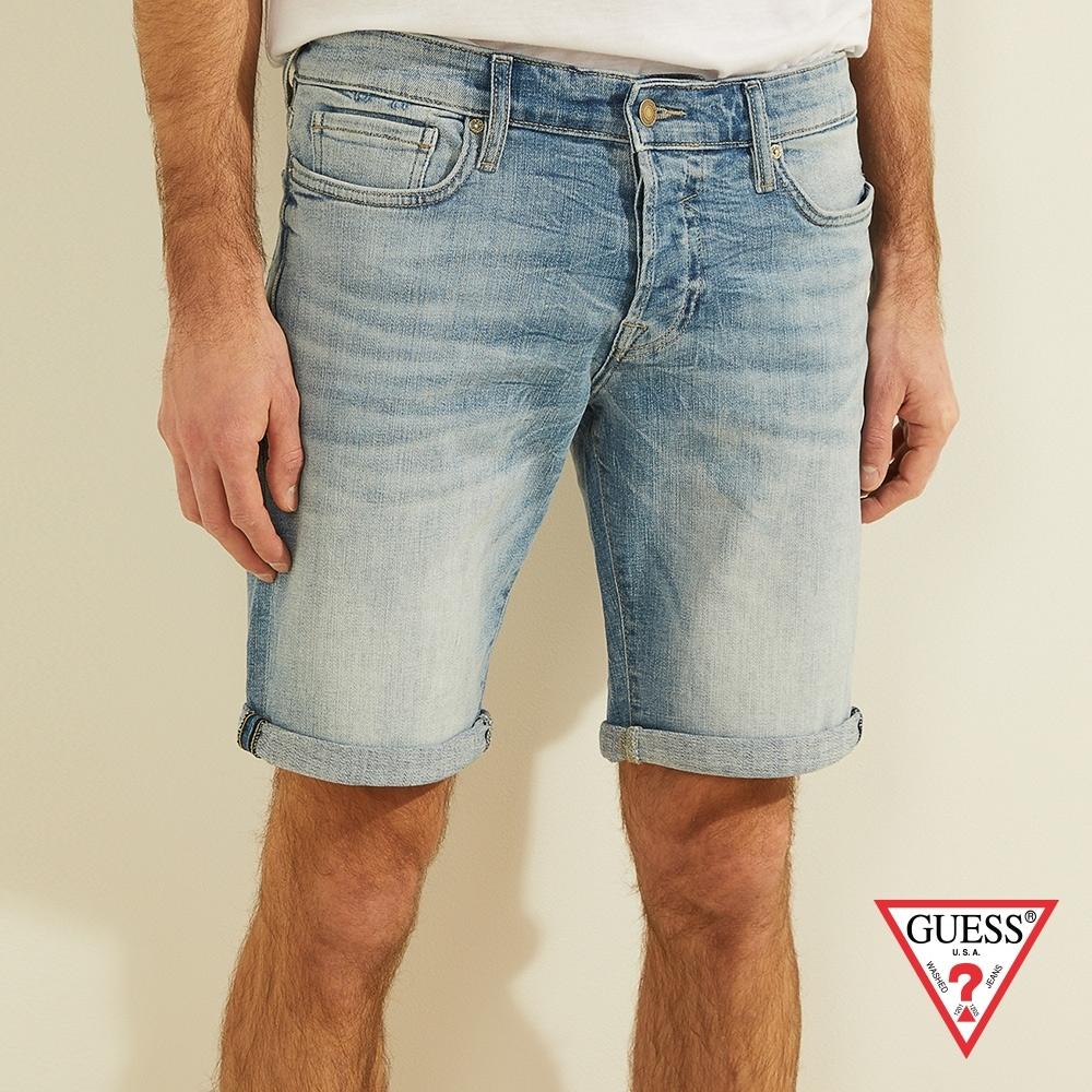 GUESS-男裝-水洗刷色反折五分牛仔短褲-淺藍 原價2490