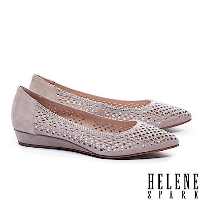 低跟鞋 HELENE SPARK 典雅晶鑽菱格沖孔尖頭楔型低跟鞋-米