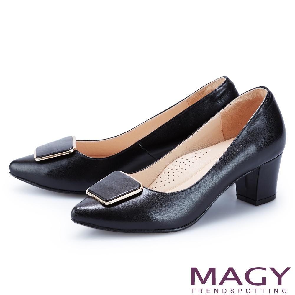 MAGY 造型金屬方釦真皮尖頭 女 中跟鞋 黑色
