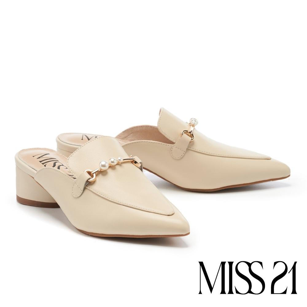 拖鞋 MISS 21 摩登小時髦珍珠釦鏈尖頭高跟穆勒拖鞋-米