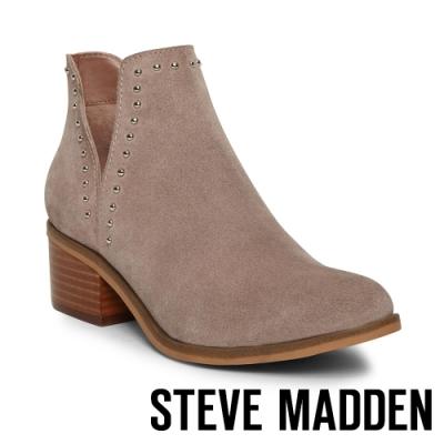 STEVE MADDEN-LORNA 側切V微露踝圓釘粗跟短靴-卡其棕