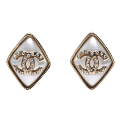 CHANEL 經典雙C LOGO菱形造型穿式耳環(白金色)