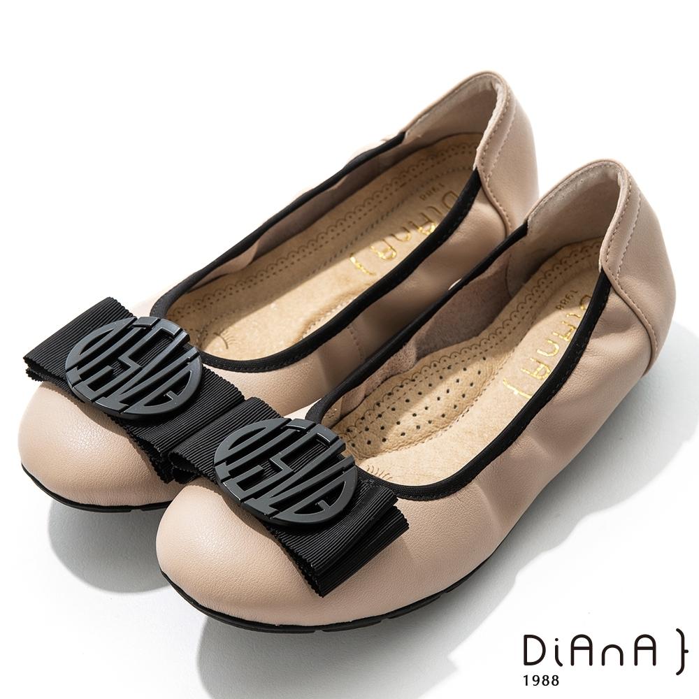 DIANA 2cm質感牛皮幾何圖騰蝴蝶結飾釦娃娃鞋-漫步雲端焦糖美人-奶茶