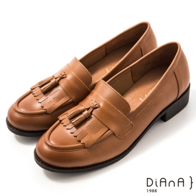 DIANA 3 cm質感牛皮擦色流蘇低跟樂福鞋-漫步雲端焦糖美人-棕