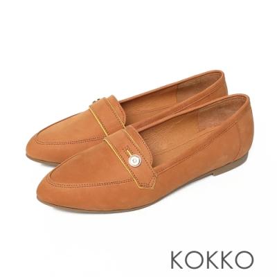 KOKKO超彈力尖頭牛麂皮鈕扣寬版平底鞋奶茶色