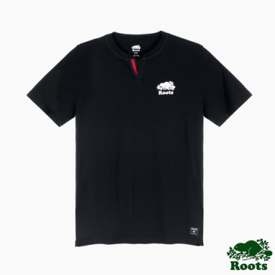 Roots男裝-椒鹽灰系列 海狸LOGO開衩領口短袖T恤-黑色
