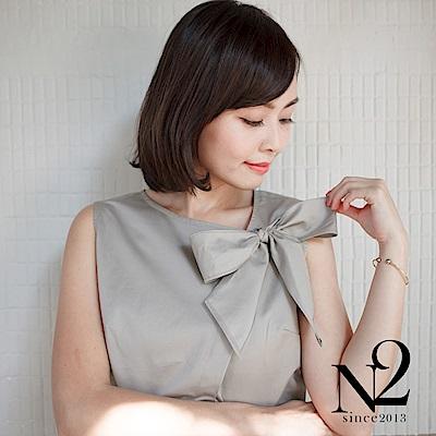 上衣 蝴蝶結設計斜領無袖造型上衣(杏灰) N2