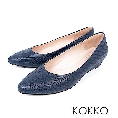KOKKO - 時髦壓紋羊皮尖頭楔型鞋 - 紳藍